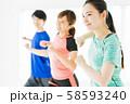 フィットネス エアロビ スポーツジム 女性 エクササイズ 58593240