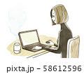 ノートパソコンを操作する女性-加湿器 58612596