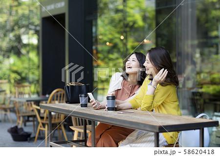 若い女性 カフェ 58620418