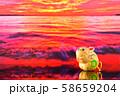 初日の出・朝焼けの輝きに満ちた海とネズミのコラボ 58659204