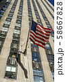ニューヨークの街並みと星条旗 58667828