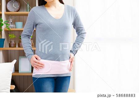 骨盤ベルトをつけて考える女性 着脱 調整 58688883