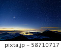 甲斐駒ヶ岳から見る未明の富士山と星空 58710717