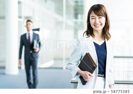 女性 ビジネス ビジネスウーマン オフィス 58775385