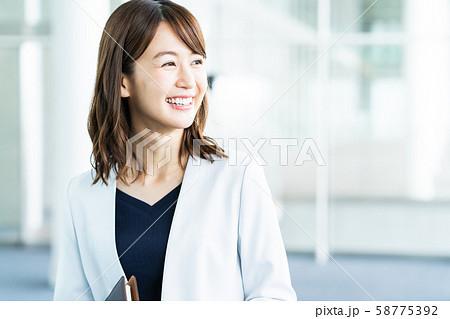 女性 ビジネス ビジネスウーマン オフィス 58775392