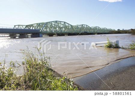 増水した荒川とJR荒川陸橋(令和元年台風19号) 58801561