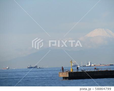 検見川浜から見た秋の富士山 58864799