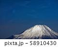 丹沢表尾根・三ノ塔から見る富士山と残月 58910430