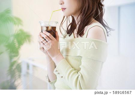 女性 アイスコーヒー 58916567