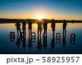 ウユニ塩湖 日の出 58925957