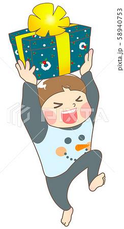 パジャマ姿でクリスマスプレゼントに喜ぶ男の子 58940753