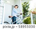 女性 サイクリング 自転車 玄関 ライフスタイル 58955030