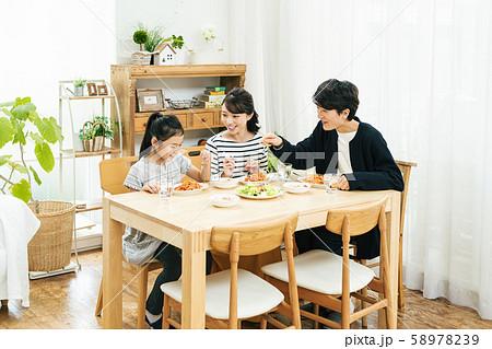 家族 食卓 食事 ごはん 58978239