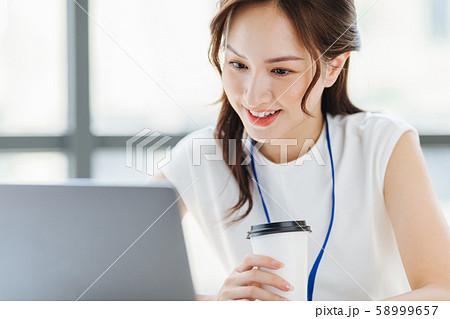 女性 ビジネス コーヒーブレイク 58999657