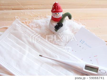 サンタクロースと風邪対策のマスク、体温計 59066741