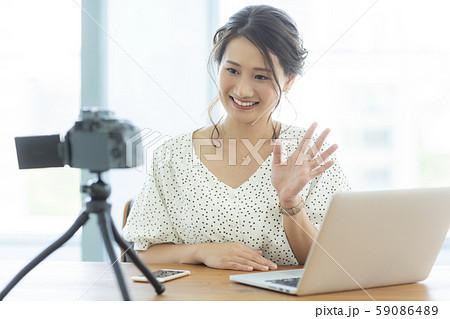 若い女性 ビデオ撮影 59086489