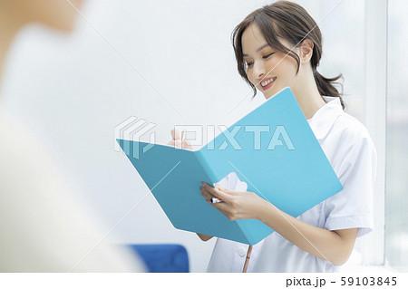 女性 介護士 59103845