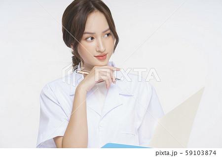 女性 介護士 59103874