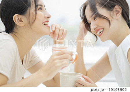 女性 友達 会話 59103906