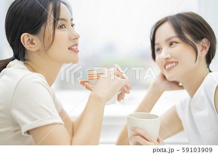 女性 友達 会話 59103909