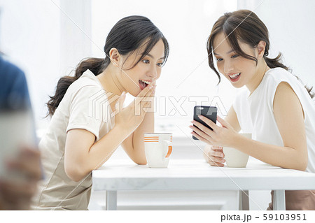 女性 友達 会話 59103951