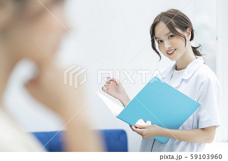 女性 介護士 59103960