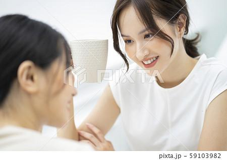 女性 友達 会話 59103982