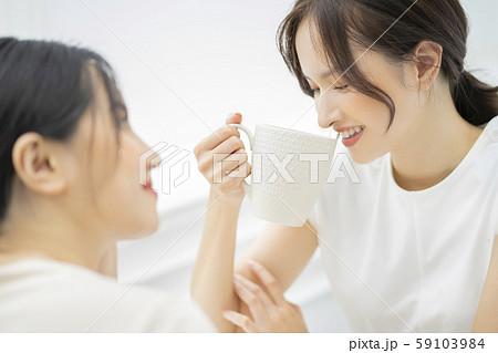 女性 友達 会話 59103984