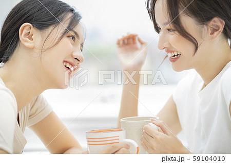 女性 友達 会話 59104010