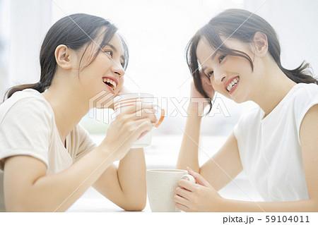 女性 友達 会話 59104011