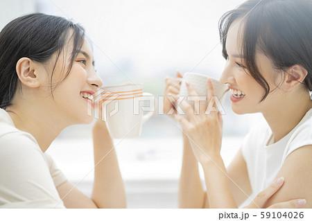 女性 友達 会話 59104026
