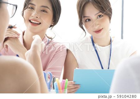 女性 ビジネス 会議 59104280