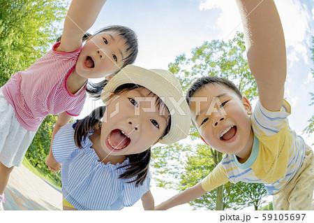 公園で遊ぶ子供たち 59105697
