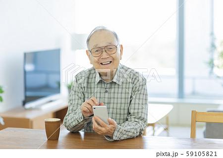 シニア男性 スマホ 59105821