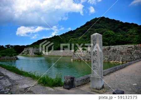 山口・萩市内観光・萩城跡・お城のランドマーク、指月山を、指月公園に渡る橋から眺める(4) 59132575