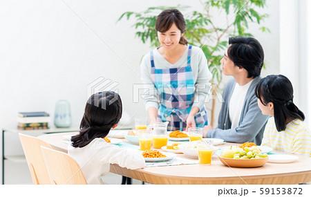 ダイニングで食事する若い家族 59153872