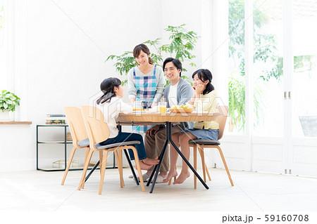 若い家族(食卓) 59160708