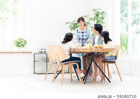 若い家族(食卓) 59160710