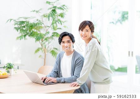 若い夫婦(パソコン) 59162533