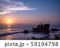 インドネシア バリ島 夕焼けのタナロット寺院 お詣りする人々 59194798