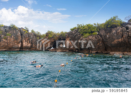 A group of tourists snorkeling in sea water 59195845