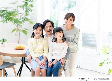 若い家族 59200086