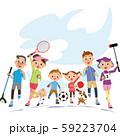 大空の下でスポーツをする三世代家族 59223704
