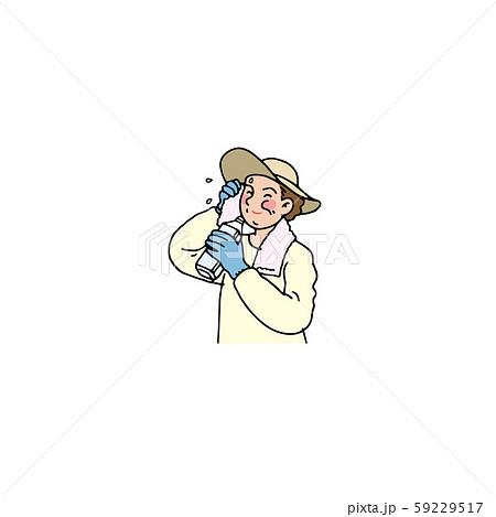 野外仕事の途中で水分補給をする女性 59229517