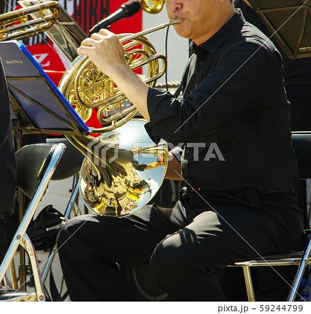 ホルンを演奏する男性 59244799