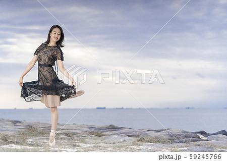 夕暮れの美しい景色と共に優雅に舞う女性バレエダンサー 59245766