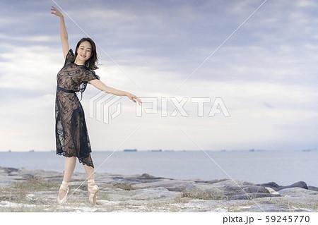 フォトジェニックなバレエ写真でマーケティングをする女性インフルエンサー 59245770
