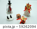 木とブリキで出来たクリスマスプレゼントとスノーマン、モミの木 59262094
