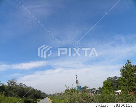 秋の青空と白い雲 59300116