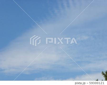秋の青空と白い雲 59300121
